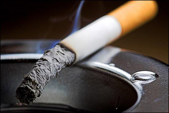 Минздрав больше не предупреждает: курить в подъездах и кафе станет невозможно