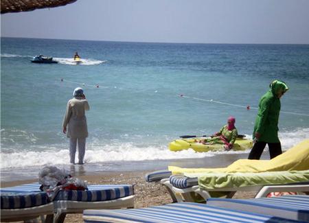 Лето. Пляж. Мусульманка…