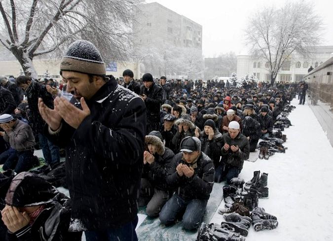 Закон о митингах в действии: мусульманам запрещают молиться