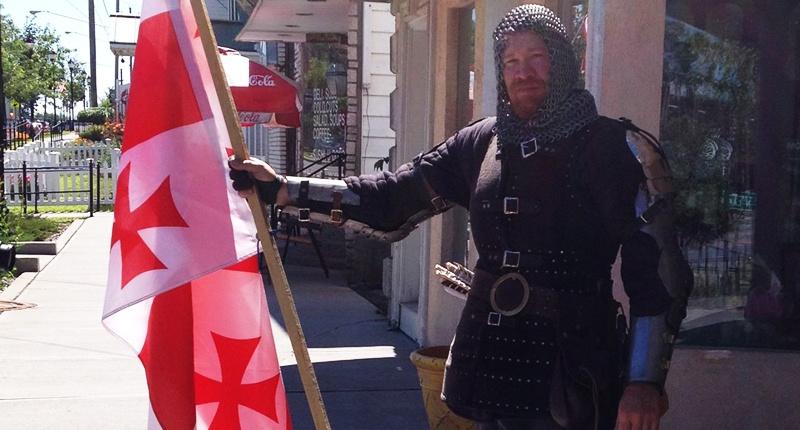 Американец надел костюм Тамплиера, чтобы отпугнуть мусульман от военного призывного пункта в Нью-Йорке