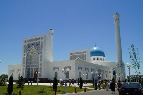 Крупнейшую мечеть Узбекистана спешно восстанавливают после дождя