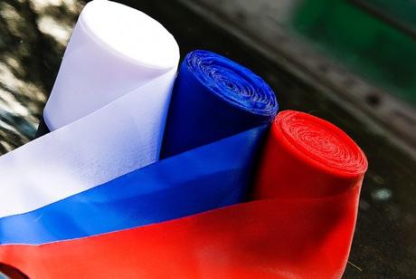 Жители России как ипрежде путаются вназвании праздника, который отмечается 12июня