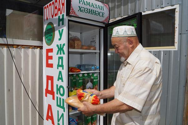 В мечетях Казани работают холодильник с бесплатными продуктами и пункт выдачи одежды нуждающимся