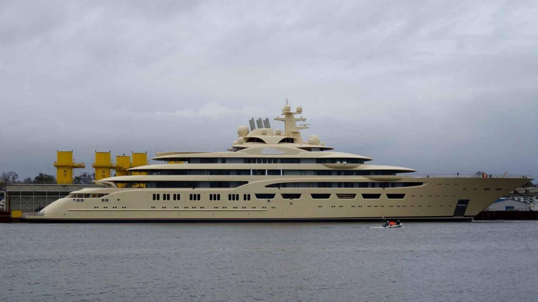 Алишер Усманов купил самую вместительную яхту в мире с кинотеатром и вертолетными площадками