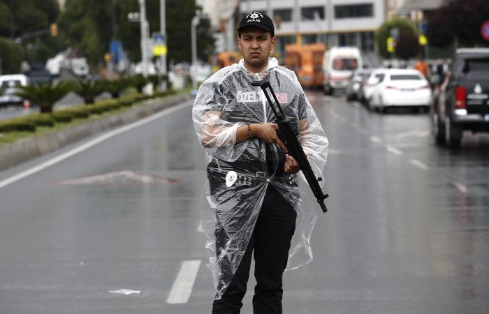 Два взрыва прогремели в аэропорту Стамбула