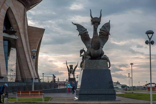 Скульптура у казанскогого ЗАГСа