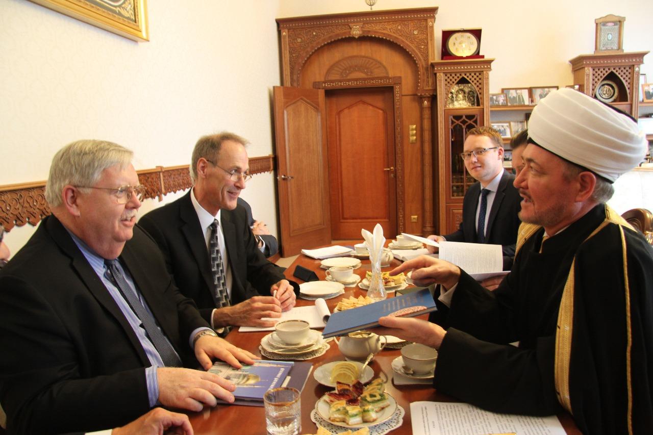 Равиль Гайнутдин угостил посла США в России татарскими пирогами