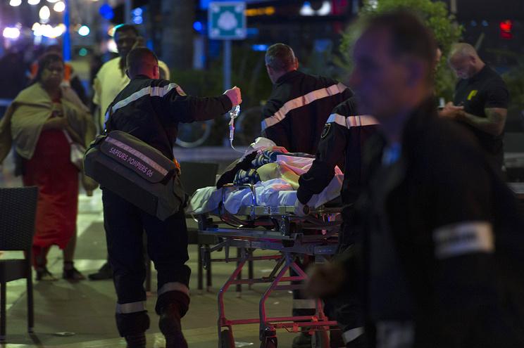 В Ницце неизвестный въехал в толпу на грузовике, погибли более 80 человек