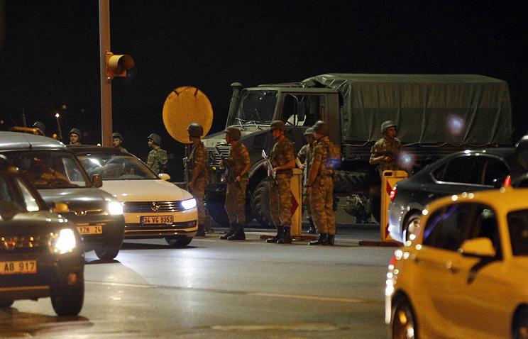 Турецкие военные ввели в стране военное положение и комендантский час
