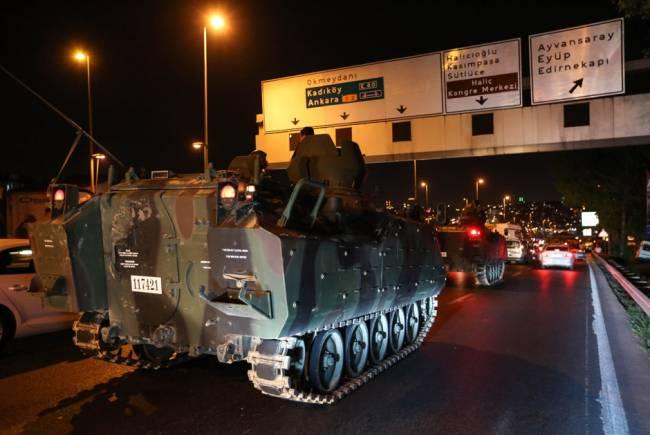 Бронетехника на улицах турецких городов