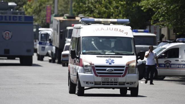 Скорая помощь у захваченного здания полиции в Ереване
