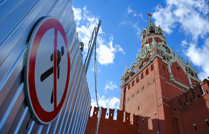 Медведев предложил упростить порядок въезда иностранцев в РФ