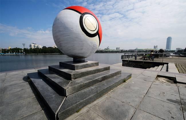 Гранитный шар на набережной реки Исеть в Екатеринбурге