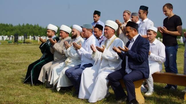 Религиозные деятели пришли на могилу почтить память Валиуллы хазрата