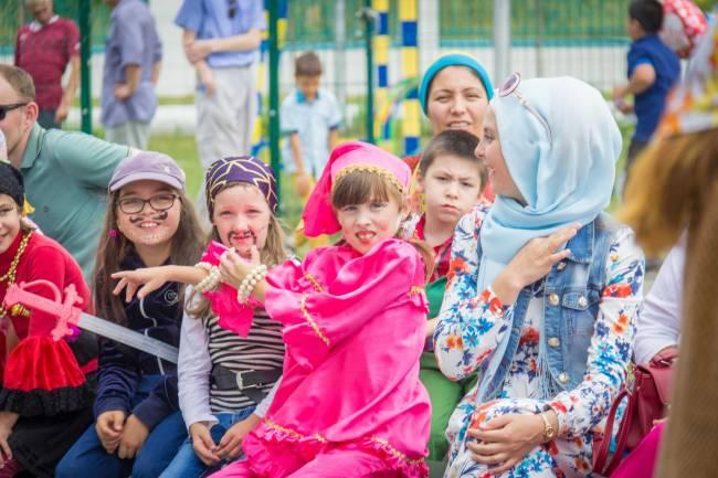 Дети ждут начала праздника