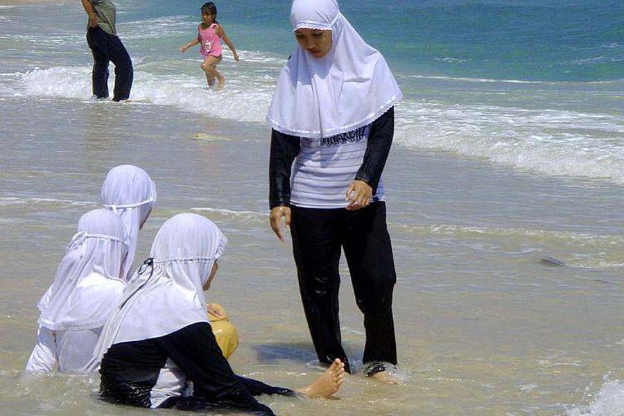 Буркини воФранции быть: вКаннах сняли запрет намусульманские купальники