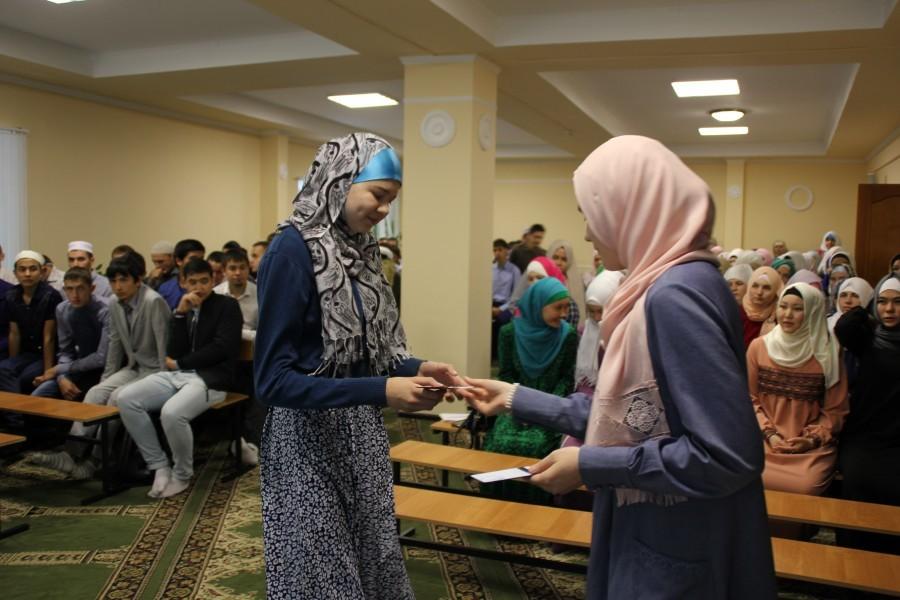 В медресе «Мухаммадия» первокурсникам вручили студенческие билеты