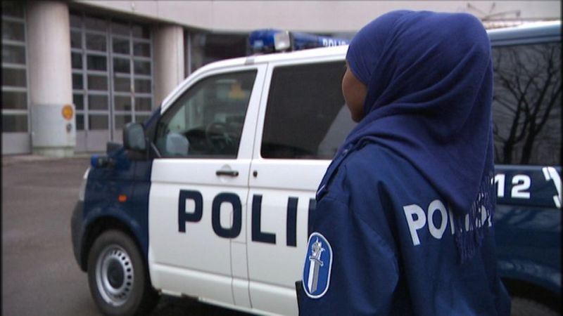 Полиция Шотландии разрешила носить хиджабы своим сотрудницам