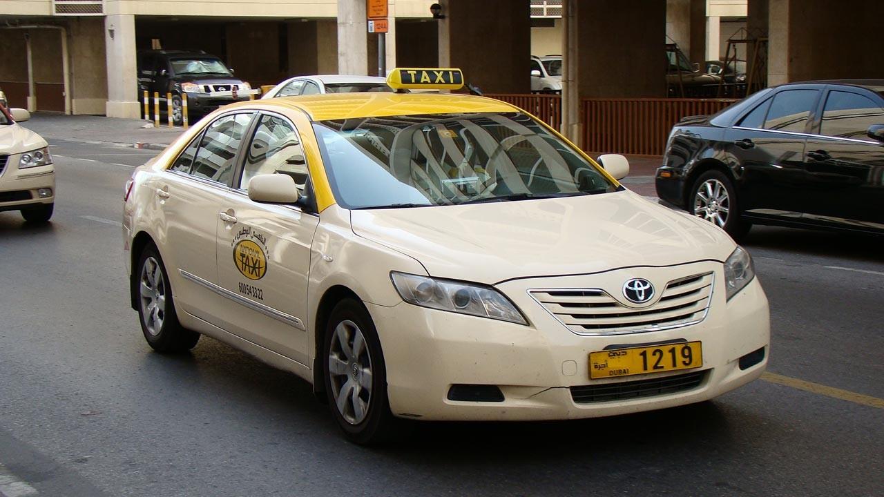Таксист в ОАЭ вернул владельцу забытый в машине портфель с $500 000