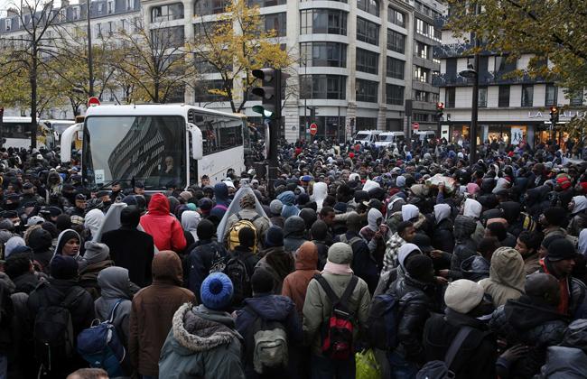 Стихийный лагерь мигрантов близ парижского «Сталинграда» эвакуирован на100%