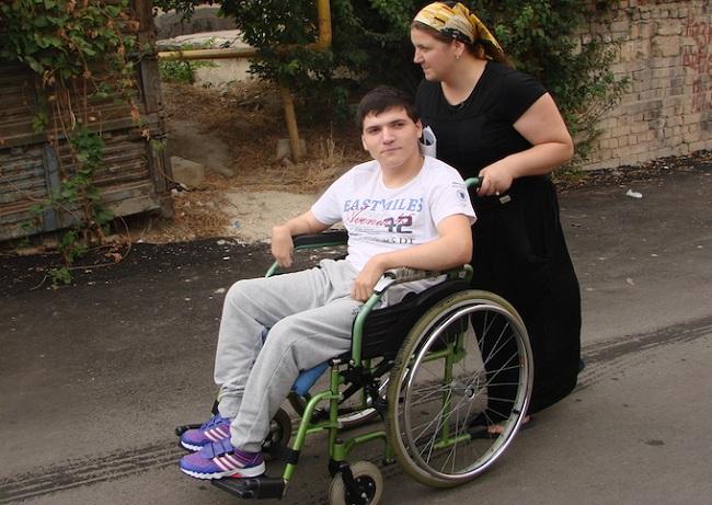 Молодой мужчина в инвалидном кресле