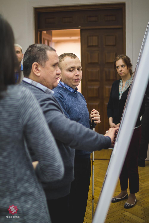 Идрис Хаеретдинов и Фанис Мингараев рассматривают картину