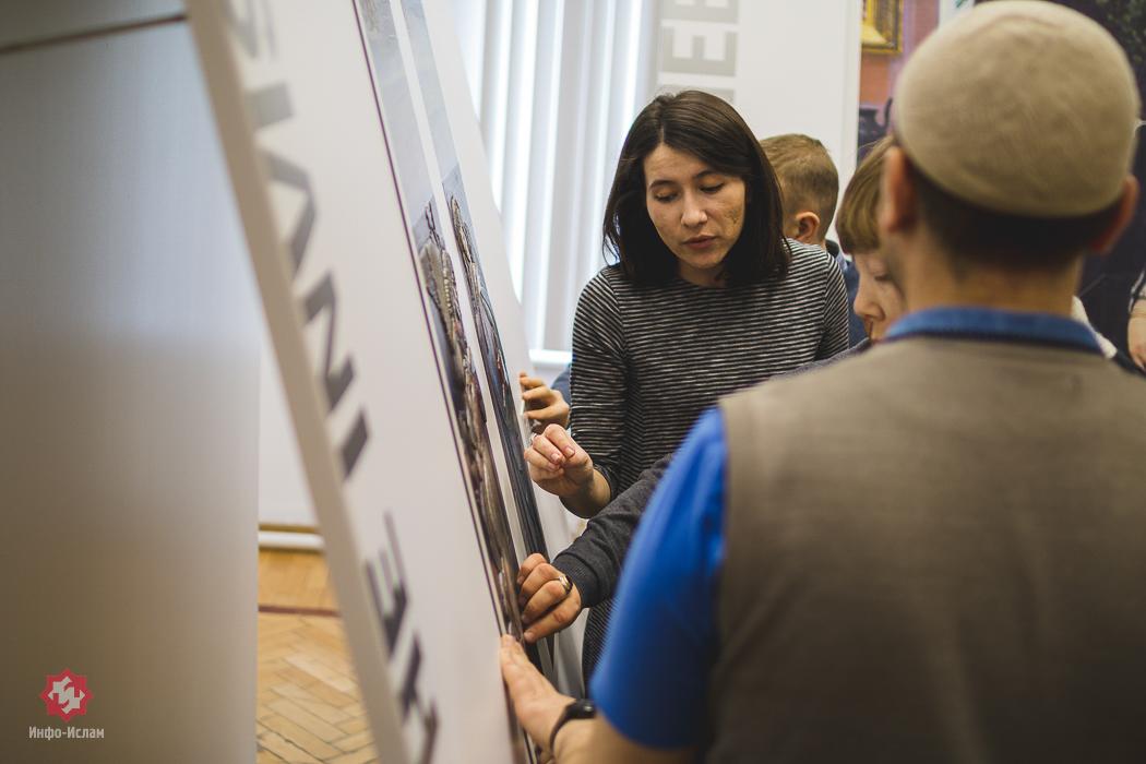 Алина Шарафетдинова - заведующая художественным отделом проводит экскурсию по галерее