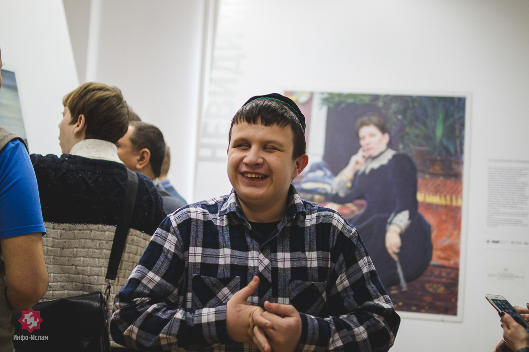 Незрячий делится эмоциями на выставке