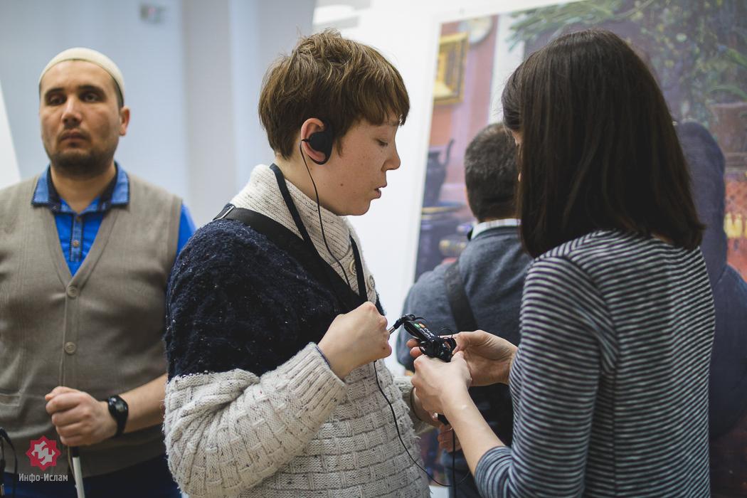 Персонал выставки выдает и настраивает аудиогид каждому незрячему