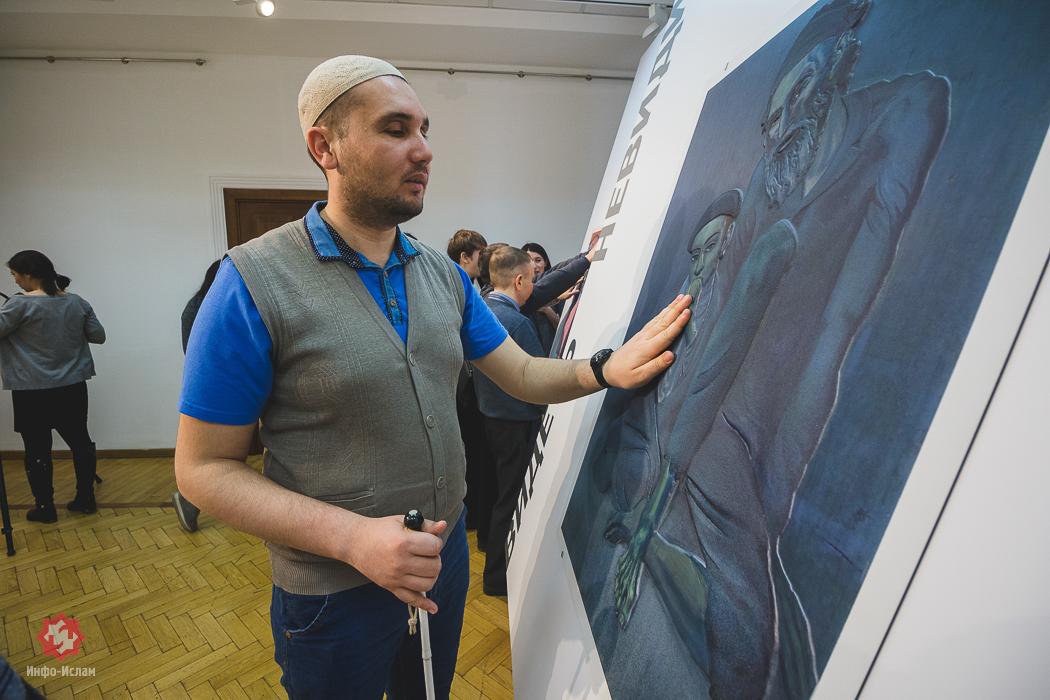 Незрячий рассматривает картину Пикассо