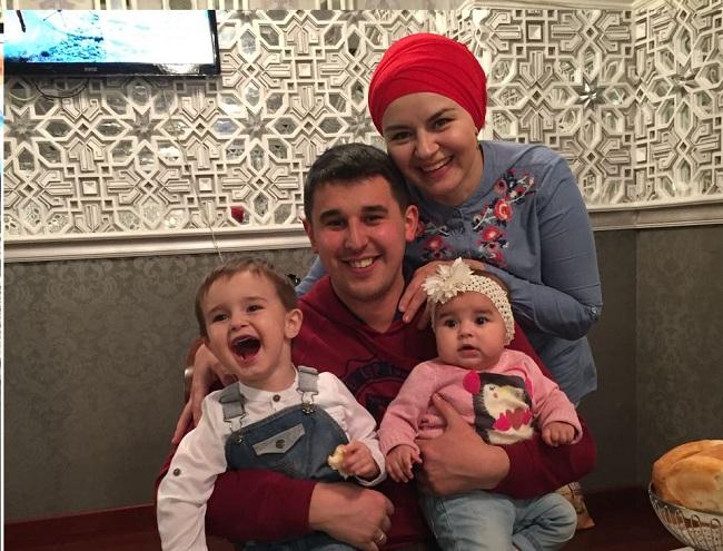 Ильшат Салахутдинов с женой и детьми