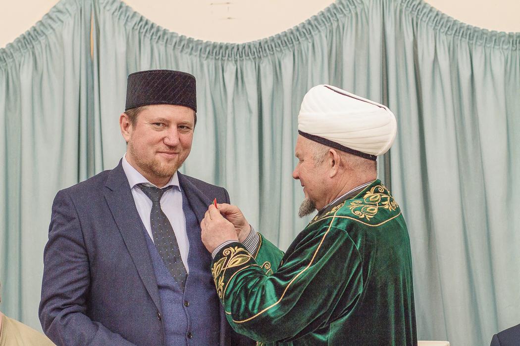Фазлыев передал от муфтия слова поздравления председателю фонда «Ярдэм» и вручил ему медаль